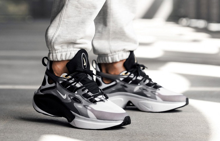 Nike Signal DMSX Black White AT5303-002 on foot 01