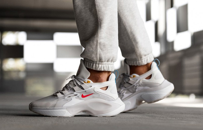 Nike Signal DMSX White Red AT5303-100 on foot 01