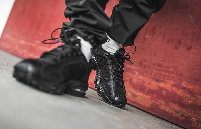 Nike Air Max Tailwind 4 Triple Black AQ2567-005 on foot 02