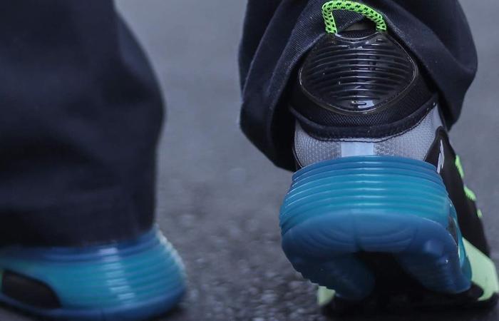 Nike Air Max 2090 Blue Lime Volt BV9977-101 on foot 03