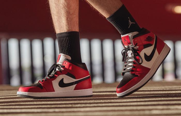 Jordan 1 Mid Chicago Red Black Toe 554724-069 on foot 01