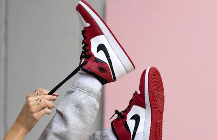 Jordan 1 Mid Chicago 2020 Red White 554724-173 on foot 02