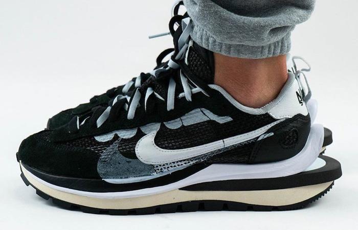 Sacai Nike Vaporwaffle Black White CV1363-001 on foot 01