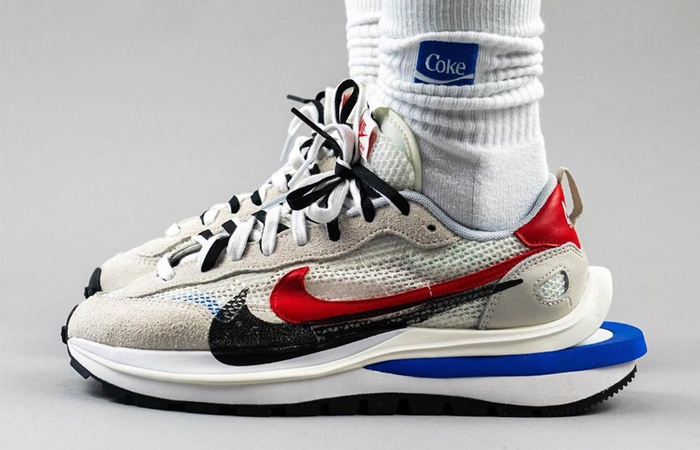 Sacai Nike Vaporwaffle Game Royal CV1363-100 on foot 01