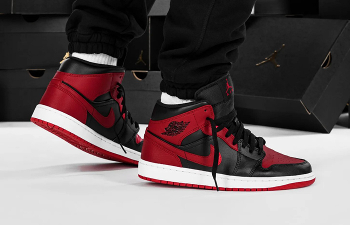 Jordan 1 Mid Bred 554724-074 on foot 01