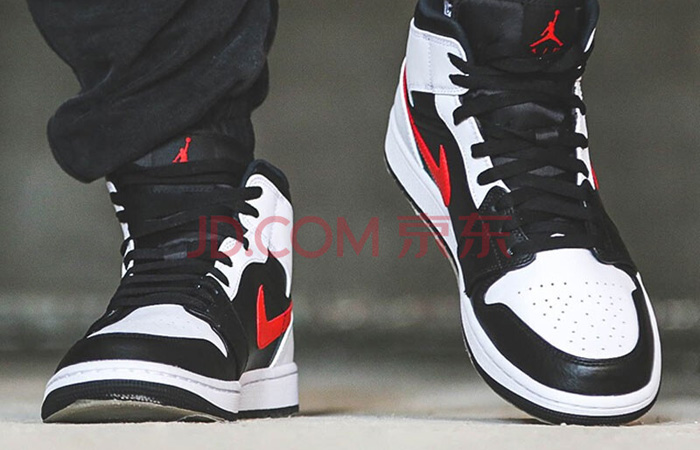 Air Jordan 1 Mid Black Chile Red White 554724-075 on foot 02