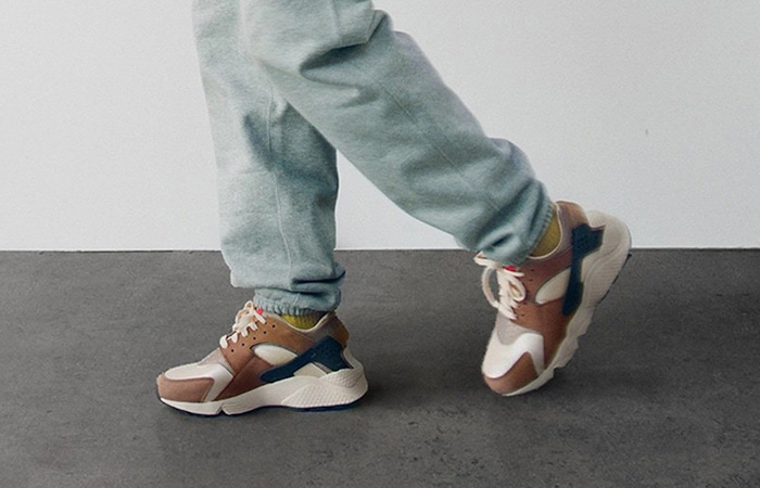 Stussy Nike Air Huarache Desert Oak DD1381-200 on foot 01
